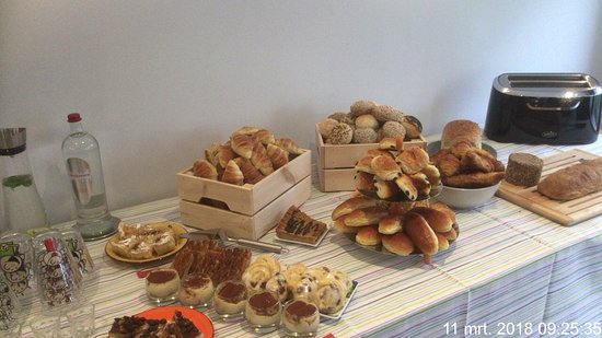 Gistel, Belgien: Een overvloed van verse croissants, brood, broodjes, taartjes,..