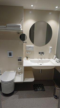 Holiday Inn Vilnius: Bathroom and toilet, my room had a really good shower / bath.