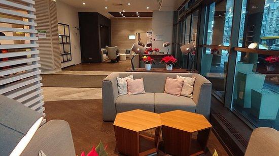 Holiday Inn Vilnius: Reception / Bar sofa and entrance area