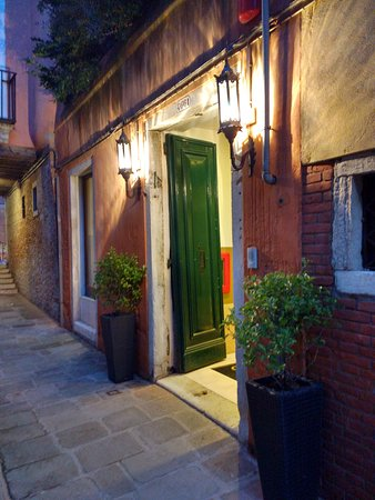 Hotel Le Isole: The front door of the hotel at night
