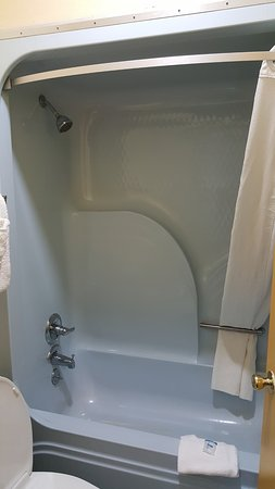 Rodeway Inn & Suites: strange looking shower enclosure