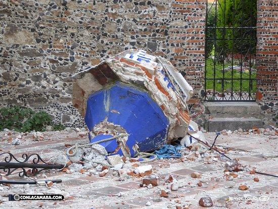 Santa Maria Tonantzintla, México: Todavía a fines de octubre se veían los rastros del terrible terremoto.