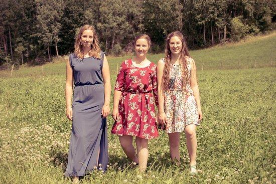 Huskvarna, Szwecja: Sandra, Josefin och Louise, vi är de tre systrarna som driver Flättinge Gårdscafe, varmt välkomn