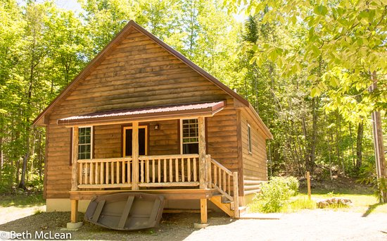 The Angler cabin has 2 bedrooms with queen beds and a loft with 2 twins, sleeping 4-6