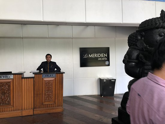 Le Meridien Jakarta: Bellman outside the hotel