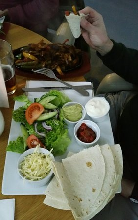Jackfield, UK: A quiet night at the Half Moon, nice gammon and egg, vegetarian fajitas and mint chocolate chees