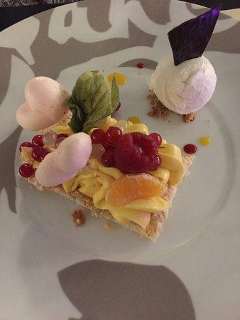Restaurant Auberge Du Cheval Blanc: Douceur fruitée -biscuit Dacquoise crème passion et litchi,meringue façon Pomme d'Amour