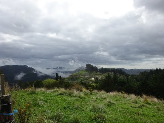 Gisborne, Nieuw-Zeeland: Clouds on the hills