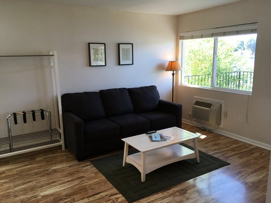 Clearlake, CA: Living room area in Cottage #27.