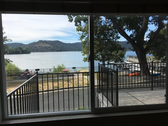 Clearlake, Californië: View from inside lakefront Cottage #28.
