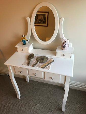 Kumara, New Zealand: Cute little dresser in the smaller guest bedroom.