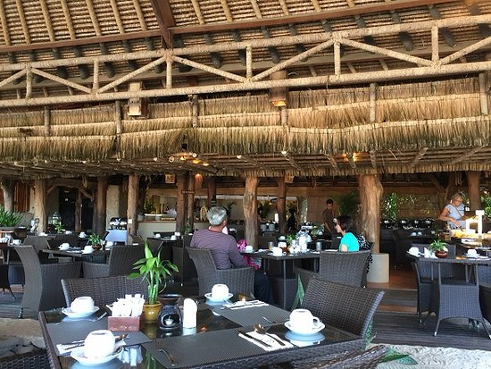 Novotel Lombok Resort and Villas: Restaurant with no fan and air conditional