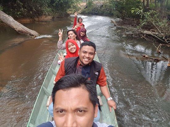 East Kalimantan, Indonesia: Perjalanan  menuju air terjun melalui sungai kecil dan dangkal