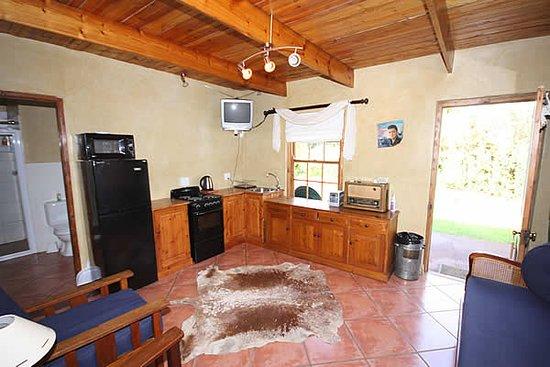 Willowmore, Afrika Selatan: Small cottage living/kitchen area