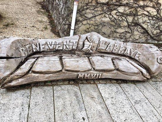 Benevent-l'Abbaye, ฝรั่งเศส: sur la place, un ban original