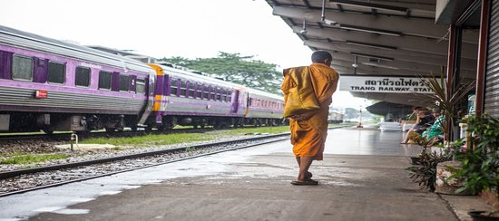 Trang Province, Thailand: Thaivacances : la province de Trang, charmes authentiques, moine dans la gare.