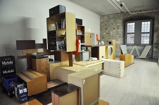 Вольфсбург, Германия: Die Bar im Kunstverein Wolfsburg hat Inken Reinert aus alten Möbeln der DDR-Ära zusammengebaut.