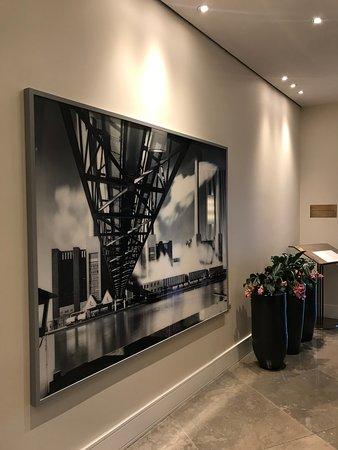 The Ritz-Carlton, Wolfsburg: Tavla vid hissarna