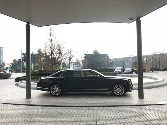 The Ritz-Carlton, Wolfsburg: Fin bil uppställd framför entren