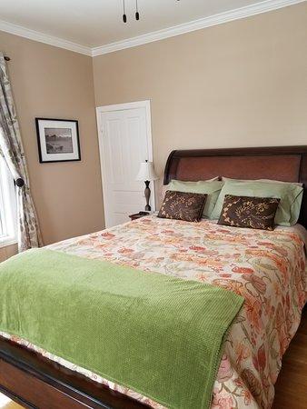 Brighton Inn: Sleigh bed fit for a queen!