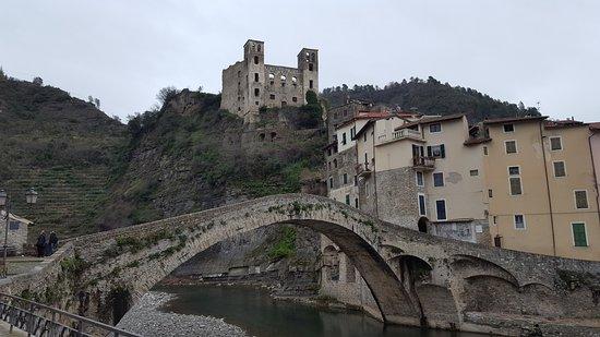 Liguria, Italia: ponte romano e vista del castello