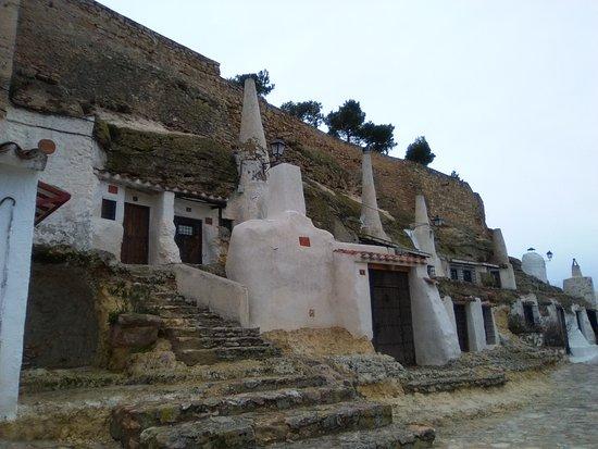 Chinchilla de Monte-Aragon, Spain: Viviendas-cueva con altas chimeneas.