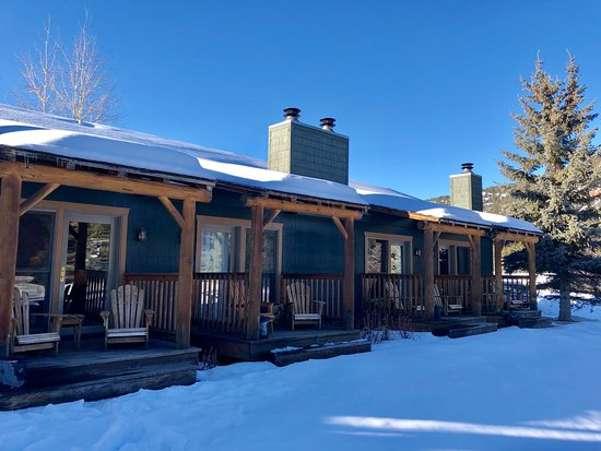 Gallatin Gateway, MT: Cozy deck with chairs overlooking river.