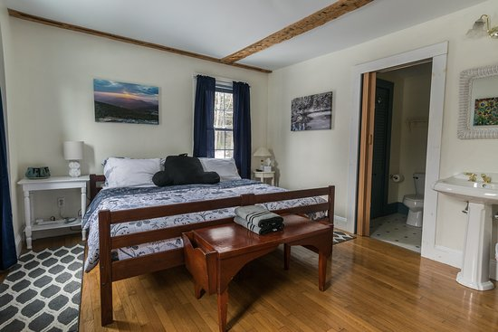 Shelburne, NH: 1 of 2 private rooms, full bathroom, AC, king bed. Ask for the Washington Room!