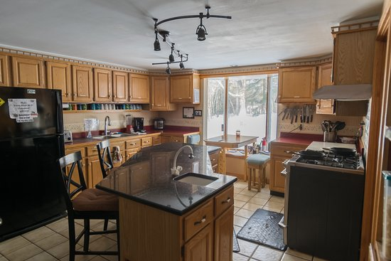 Shelburne, NH: Full kitchen for guest use!
