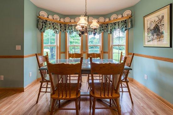 Kingsville, OH: Guest Cottage Dinette