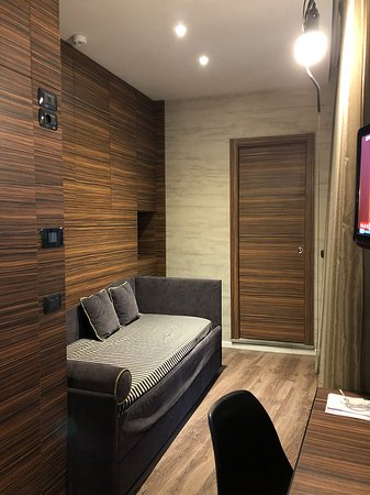 Hotel Unicorno : divano e porta del bagno