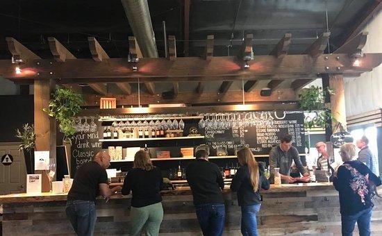 Ramona, CA: Plenty of room at the bar for you!