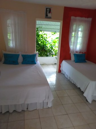Ocean Crest Guest House: Room on the lower level with private balcony
