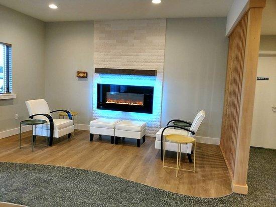 Woodland, WA: Lobby fireplace