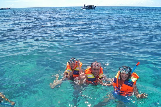Tanjung Pandan, Indonesia: Mr. Hermans Family snorkeling time ! yihha..