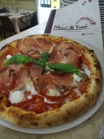 Canicatti, Italy: pizza con pomodoro pachino,mozzarella di bufala campana e speck suino nero dei nebrodi