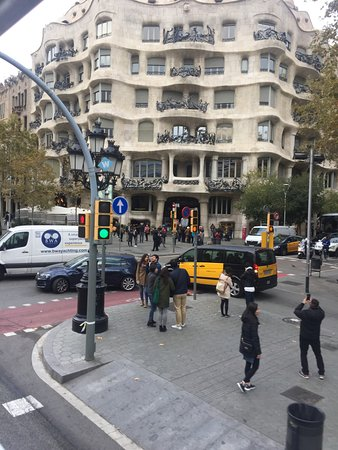 Барселона, Испания: Yet another popular Casa Mila on the Passeig de Gracia - most expensive shopping street of Barce