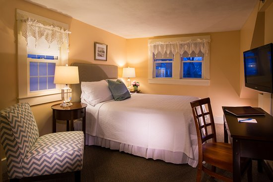 York Harbor, ME: Country Inn Room with Queen Bed in Main Inn