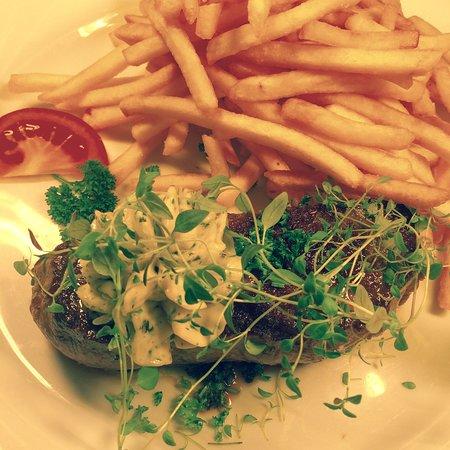 Rheinhausen, Almanya: Argentinisches Rumpsteak mit Kräuterbutter und Pommes frites