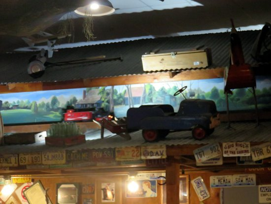 Sikeston, MO: the model train circling the dining area