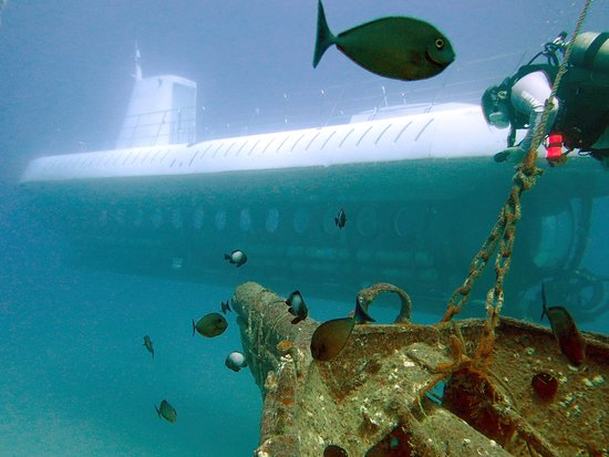 Lahaina Divers: Diving at the Carthaginian wreck.