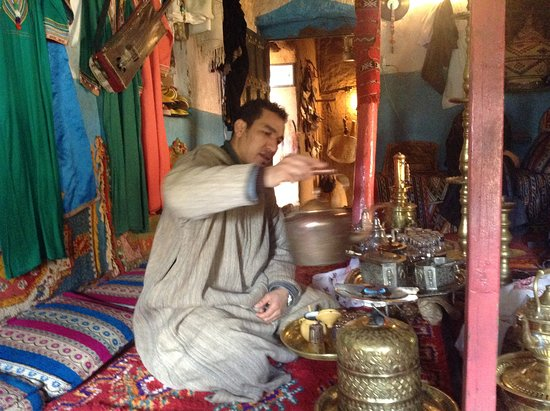 Tafraoute, Marokko: One of our genial hosts serving tea.