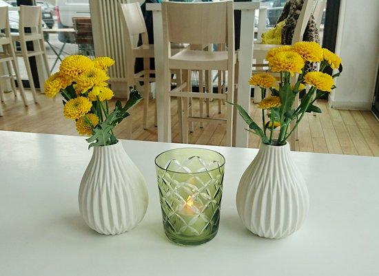 Flamingo Fresh Food Bar: Cute flowers on the table