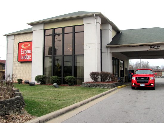 Econo Lodge I-44: Econo Lodge office- driveway........By Carl H. =)~
