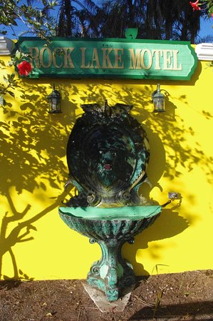 Rock Lake Resort: quirky fountain
