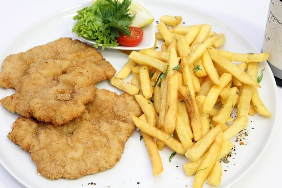 Krumbach, Allemagne : Klassiker: Schnitzel mit Pommes Fries