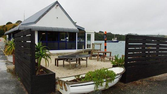 Warkworth, Nuova Zelanda: Cosy, outdoor eating area with fantastic views over the Hauraki gulf! Photographer: Monique Hart