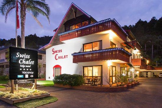 Swiss Chalet Lodge Motel: Swiss Chalet Motel at Dusk