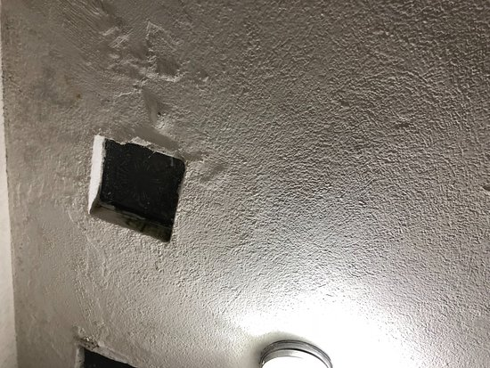 Rancho Grande Inn: Dirty run down bathroom with cut out holes in the wall