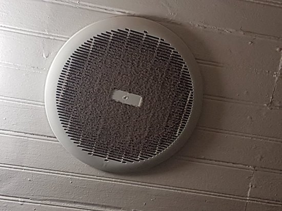 Colesberg, South Africa: The filthy extractor fan in the bathroom.